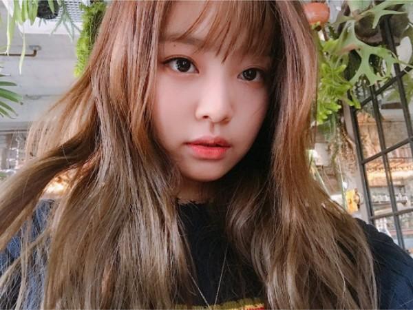 一直以「無劉海」亮相的Jennie,前陣子也上傳了空氣瀏海的長捲髮模樣,是不是更讓人心動了呢!!!