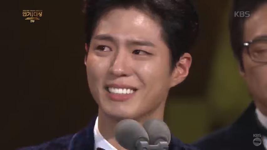 因為去年KBS 年末大賞,和宋仲基同屬Blossom 經紀公司,被粉絲同樣喻為「開花公司美男組」的寶劍,因為沒有預想到自己會以《雲畫的月光》得獎,在得獎時真誠的感謝周圍的人對他的幫助,還不忘提到謝謝宋仲基對他的指導,不僅在台上的寶劍內牛滿面~