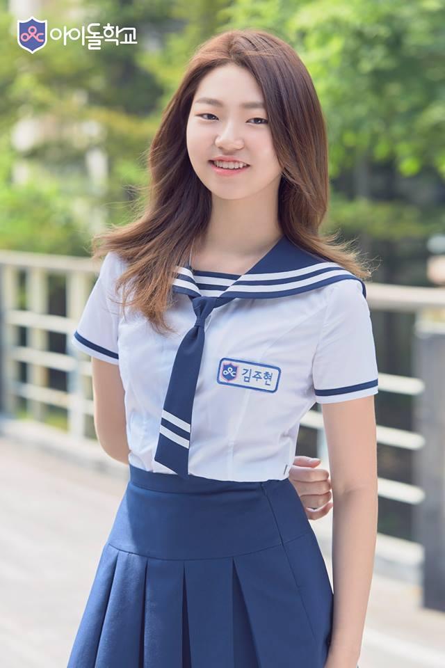 她就是歌手金興國的女兒김주현,小時後就曾與爸爸上過許多綜藝節目的她,面對鏡頭一點也不陌生,也向爸爸表現出強烈想當歌手的決心,就出演了《偶像學校》...