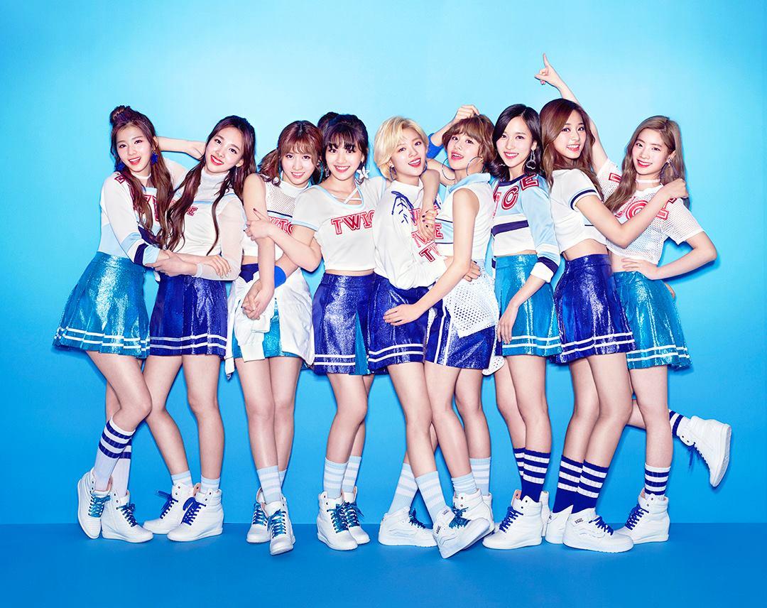 TWICE韓國擁有超高人氣,《TT》MV更在公開後第215天,成為韓團中點擊率最快飆破2億的MV。TWICE最近正在日本進行宣傳活動,在日本街頭隨處可見到她們的宣傳海報,就連地標東京鐵塔也為她們而亮出主打歌曲《TT》歌名!