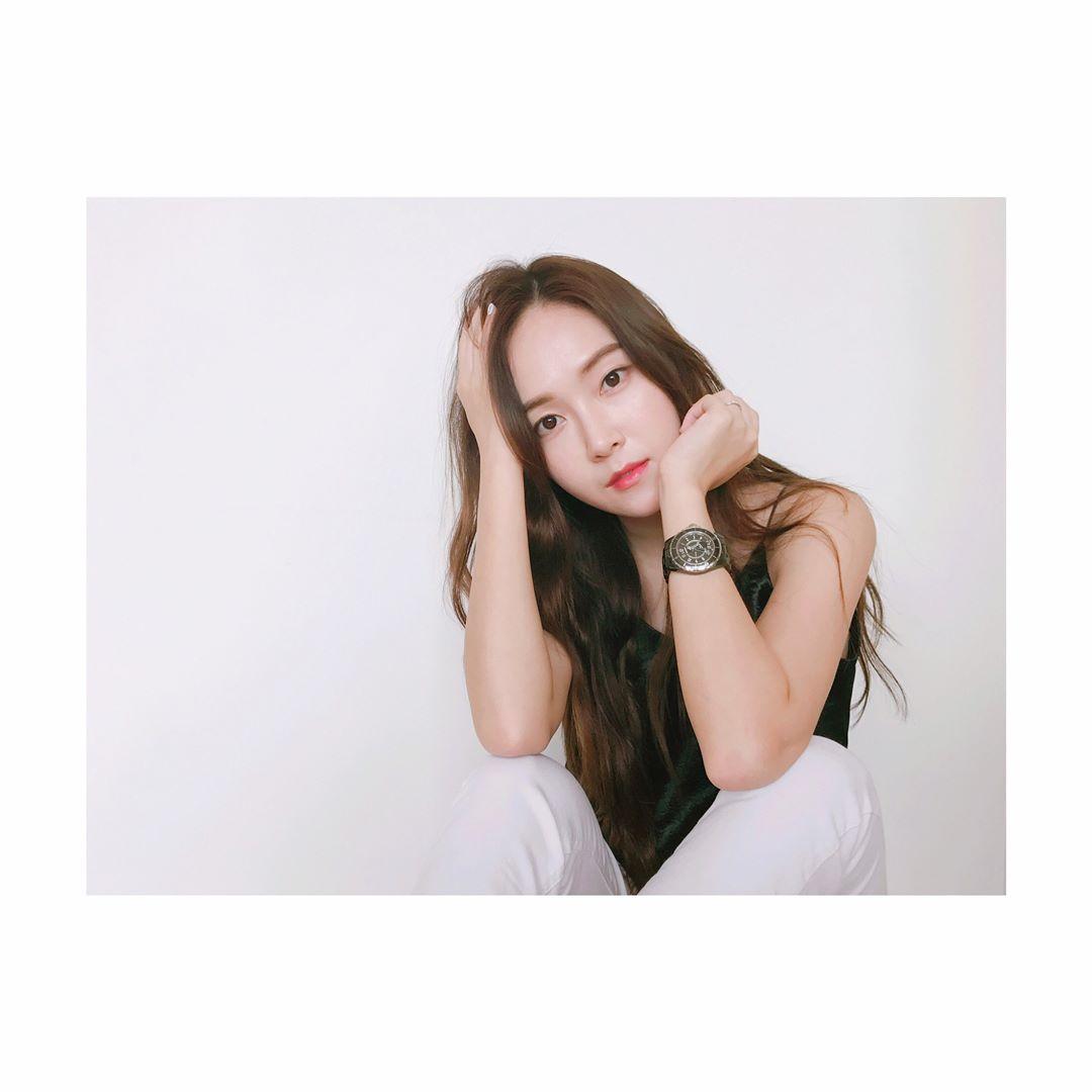 而她就是少女時代的前成員Jessica! 據韓國媒體的報導Jessica預計將在8月初發行出道十週年紀念專輯,而目前也已經開始了新曲MV的拍攝,且據關係者表示Jessica的新曲的歌詞將能傳達著她對粉絲的心意。而消息一出也引起網友的熱烈討論...