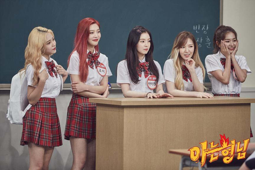 Red Velvet日前出演綜藝節目《認識的哥哥》時,成員們被主持人問到成員之中有一個人是假髮對吧?!,面對突如其來的問題成員們都顯得有些慌張...