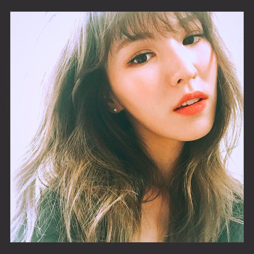 Wendy也提到了想把家人從加拿大接來韓國居住,和家人分隔兩地真的非常辛苦,也讓現場的氣氛頓時變的很溫馨,最近Wendy的樣子實在是另粉絲非常擔心,希望Wendy不要為了減肥而不吃飯...