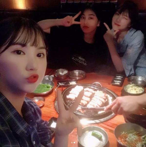 而最近忙於海外宣傳的TWICE和GFRIEND也難得合體聚餐,可以看出照片中的志效、Eunha、Yerin露出開心的表情正在吃烤肉,顯示出兩團的好感情