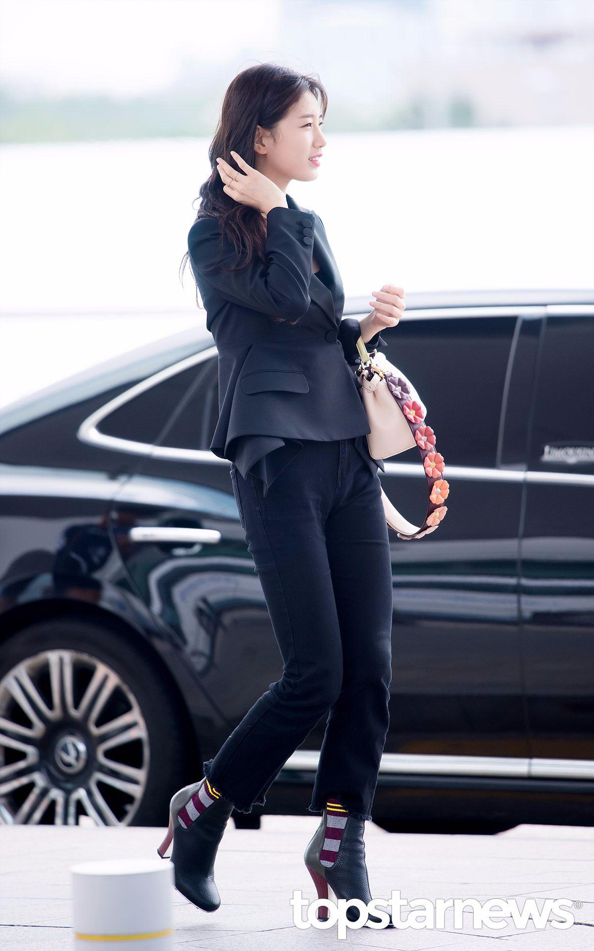 以淡妝打扮的秀智,只穿著簡單俐落的黑色套裝也是美到沒話說呢!!!!!