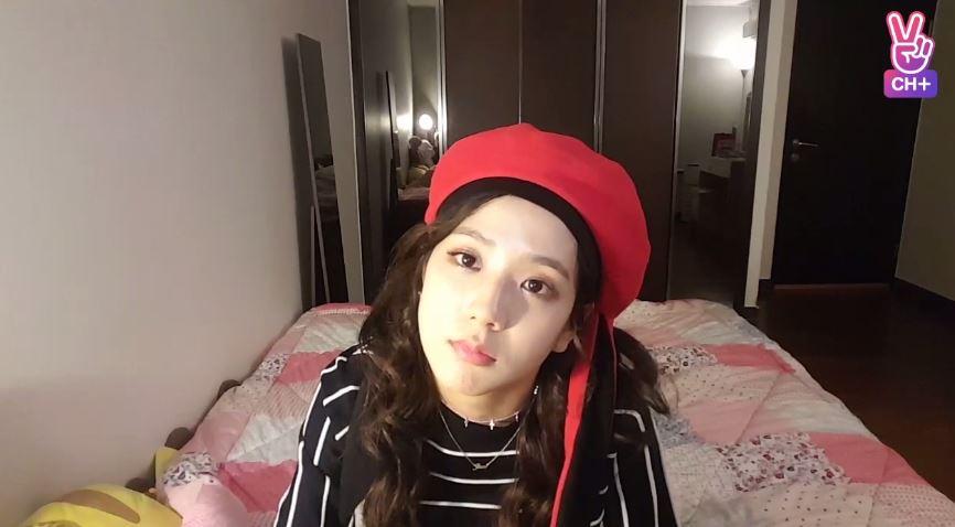 之前大姐Jisoo也曾在房間開過直播和粉絲們互動 房間看起來也很大耶,床感覺也好好睡(誤)