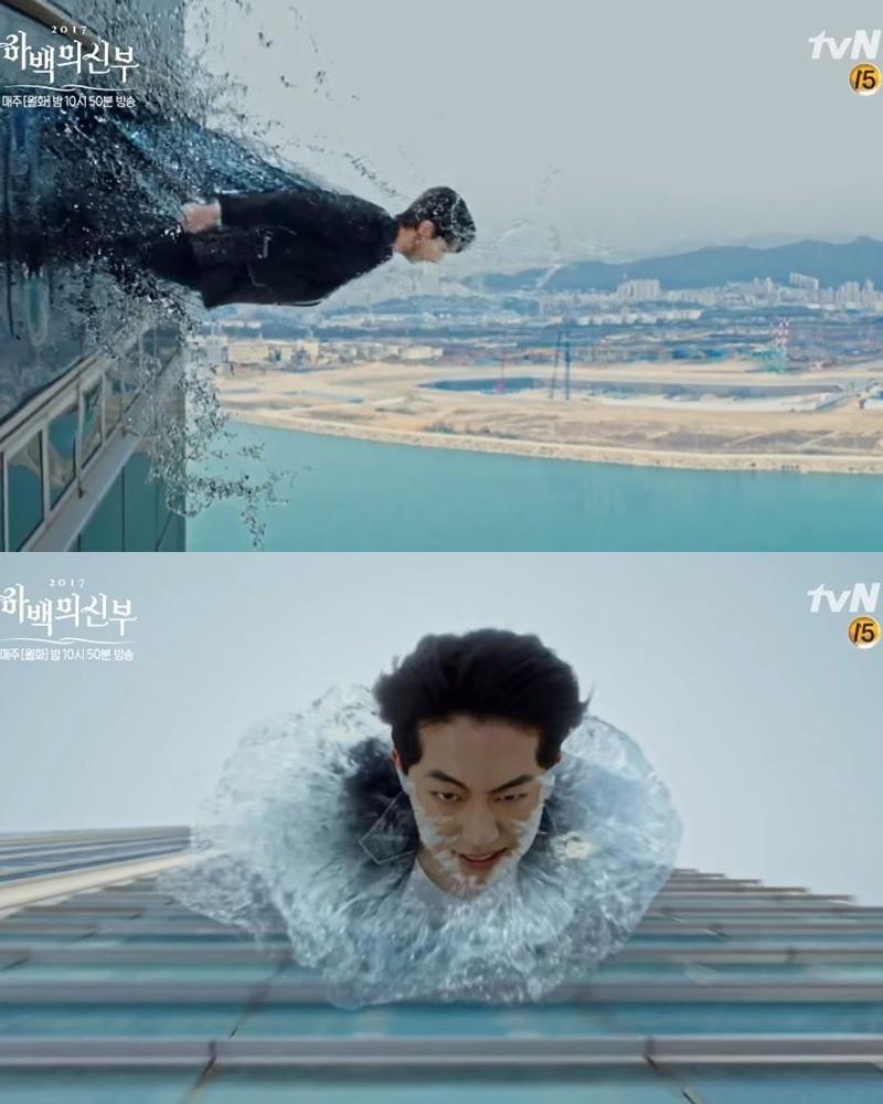 例如:素兒(申世景)從大樓樓頂被推下,河神(南柱赫)破窗變成「水龍」拯救她的這一幕 XDD