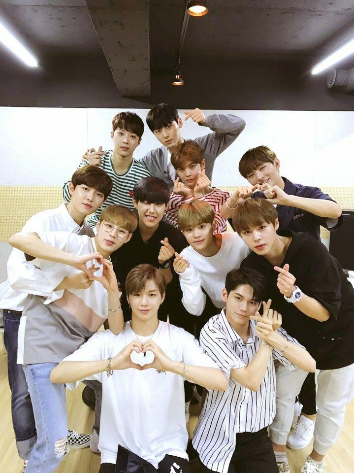 Wanna One也在15日時開直播和粉絲互動 這也是Wanna One成員們首次直播哦! 粉絲們都有跟到嗎?