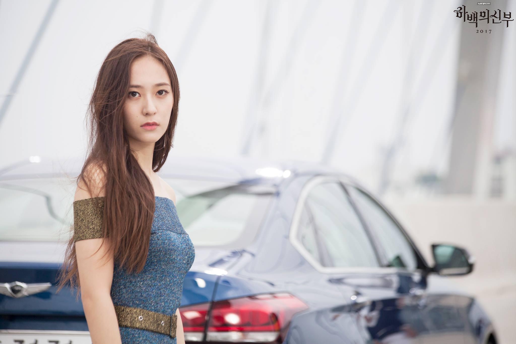 而最近Krystal在拍攝 tvN 新劇《河伯的新娘 2017》,而大家都知道韓國電視劇的拍攝方式相當辛苦,可能會連續的熬夜拍攝,所以不管是主演們、導演或是工作人員都是相當辛苦的~