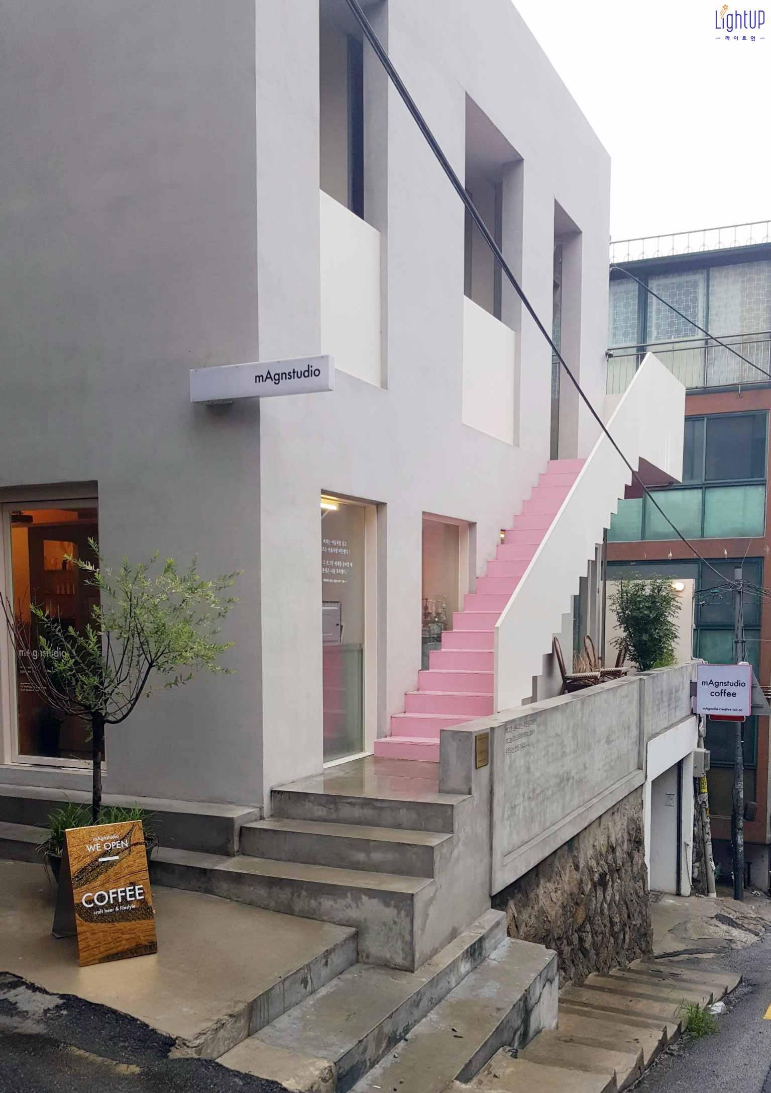 第一篇推出的是 Singles 4月號畫報拍攝地 _ mAgnstudio Coffee  以粉紅色系為主軸,打造乾淨又簡潔的空間  從入口旁的樓梯,到室內的擺設,甚至是杯子都是粉紅色  (( 身為粉紅迷… 真的是旋轉灑花尖叫 樣樣來