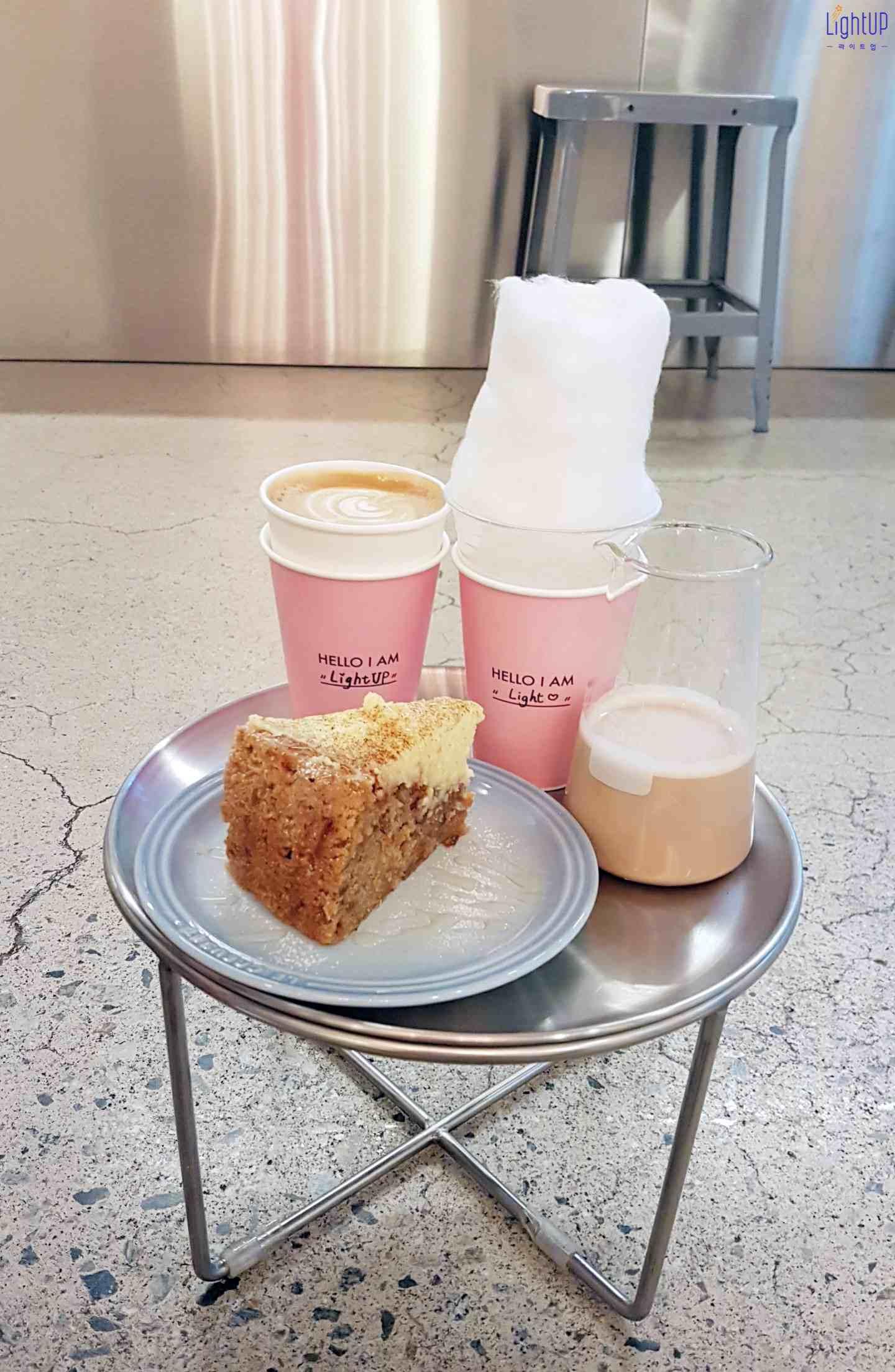餐點: 熱咖啡拿鐵 + 冰Gumho hill + 手工胡蘿蔔蛋糕   試吃心得 冰Gumho hill 比較有話題性,將帶有花香的奶茶淋上,棉花糖會慢慢消失~ 但真的就是偏甜 !!   蛋糕札實,奶油香氣十足,盤上還淋了蜂蜜,完全可以滿足嗜甜的小螞蟻們 ^^