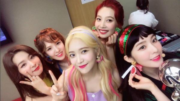 一樣正值宣傳期的還有身為同公司的Red Velvet,在昨天MCD的舞台上也拿下了一位獎盃了呢~