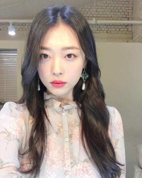雖然離開團體,但光是看上半年度雪莉的搜尋量在韓國最大的入口網站還是「以一擋百」的高居女星前三,就知道韓國人對雪莉的關注。雪莉在離團之後一舉一動仍是大眾注意的焦點,而今天雪莉又再度被當成「虐待寵物」的對象而成為大眾觀注的對象。