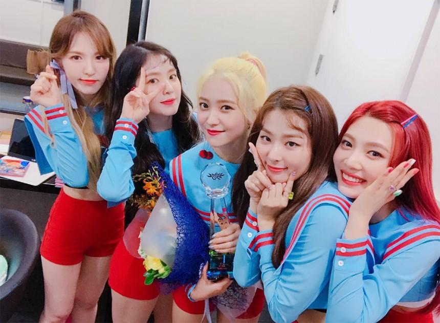 雖然之前老是說被SM放生,不過這次Red Velvet的突襲回歸卻讓粉絲說SM終於回神!不僅這回符合季節的清爽夏日Song「掰掰掰~掰甘馬」被韓國網友說洗腦又好聽,服裝也終於滿分