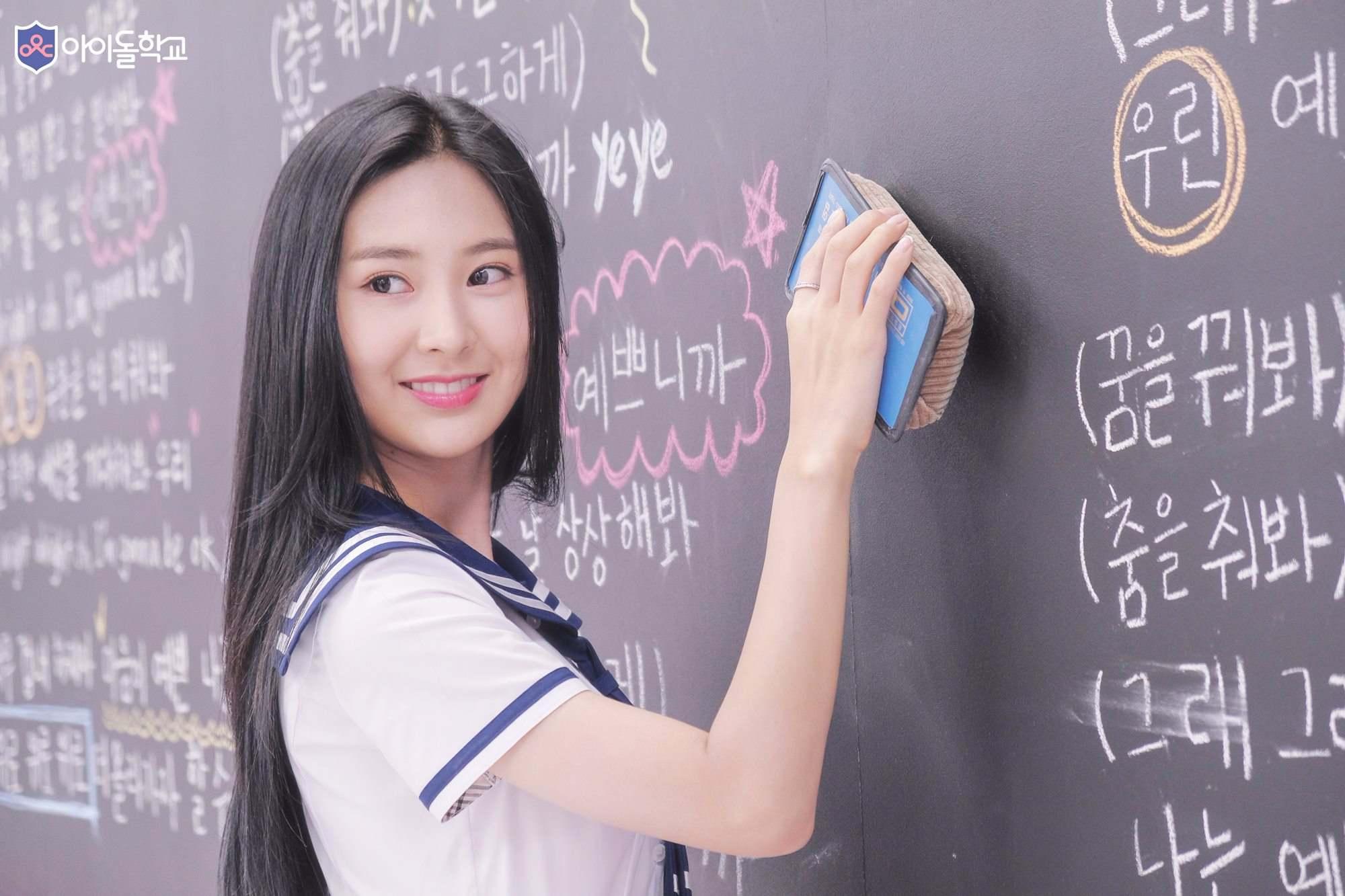 最近播出的《偶像學校》同樣也是Mnet的,粉絲們應該都知道Mnet最出名的就是「惡魔剪輯」,節目組的魔爪也悄悄伸上了《偶像學校》!播出的第二集中參賽者要拍校歌MV時,由於人數眾多加上有些參賽者也沒跳舞的經驗,所以導致舞蹈隊形一直無法整齊...
