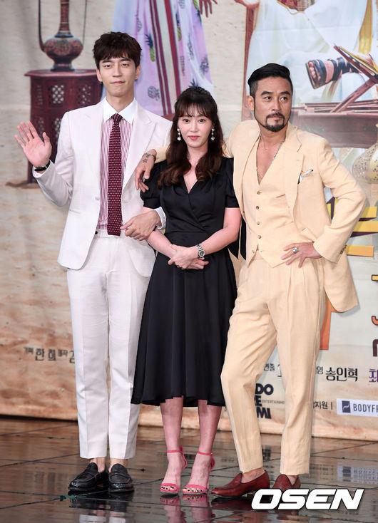 ✿TOP 6 - MBC《死而復生的男人》 話題佔有率:7.32%  ➔上升14個名次 ※由崔民秀、強藝元、申成祿、李昭娟主演,此劇講述生活富裕的王國伯爵為找尋女兒來到韓國後發生的故事。粉絲們如果常看韓國綜藝或戲劇的話,肯定對崔民秀( Running Man獵人 )、申成祿(《來自星星的你》反派)兩位男主角不陌生吧,而這次兩人突破形象挑戰喜劇!