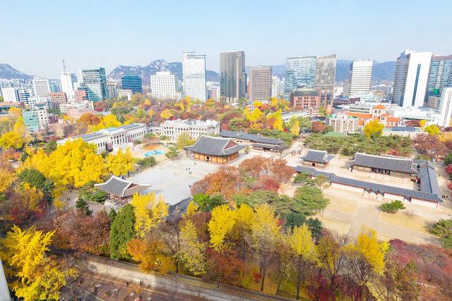 #首爾賞楓景點  1.德壽宮石牆路(덕수궁)  德壽宮是韓國著名的宮殿,從首爾市廳對面的「德壽宮石牆路」一直到貞洞劇場這段約900公尺的步道,每到秋天道路兩旁的楓樹、銀杏樹染成一片紅色及黃色,是情侶們熱門的約會地點!附近還有很多文化及娛樂設施,離明洞與南大們市場也很近,深受許多外國遊客的喜愛。