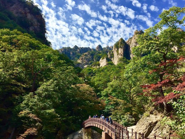 6.雪嶽山國立公園(설악산국립공원)  雪嶽山位於江原道,在1970年被指定為國家公園。雪嶽山也是每年韓國楓葉最早轉紅的地方,吸引了很多遊客來賞楓,而且有許多登山路線可以挑戰。