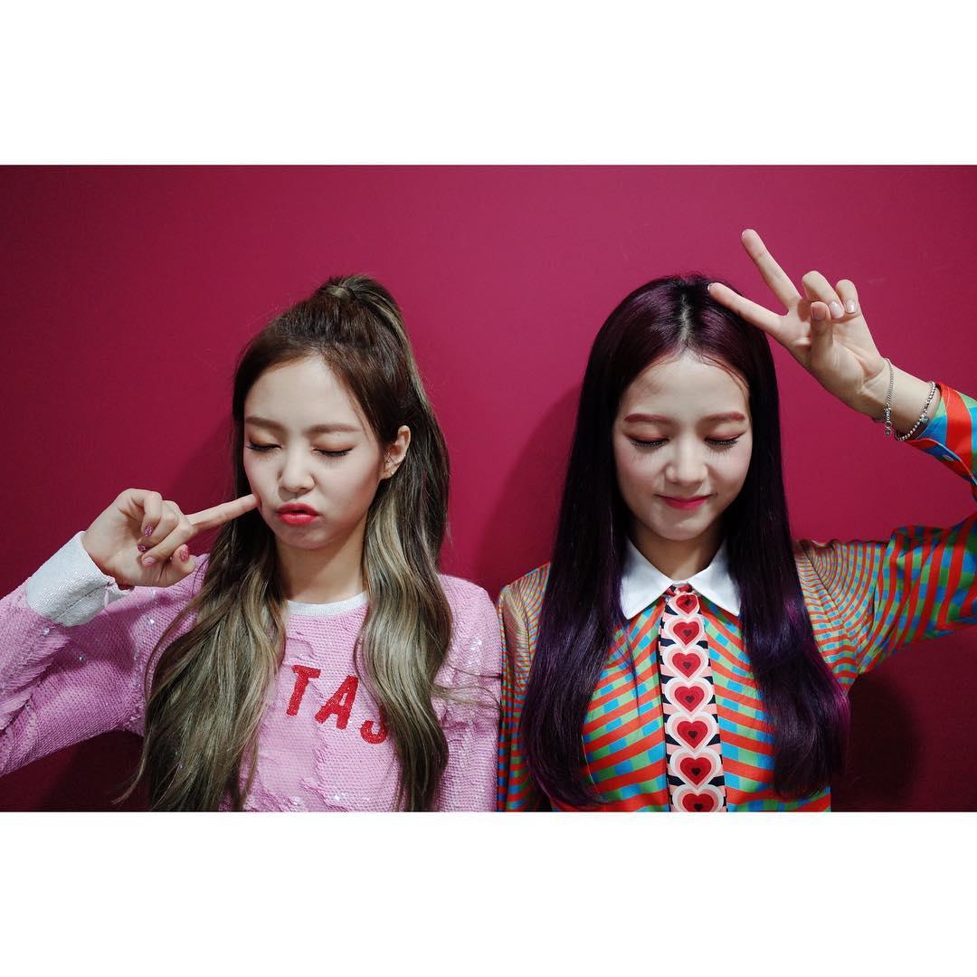 由於當天成員們是現場演唱的關係,Jisoo在唱歌時竟不小心破音,一旁的Jennie看到笑到不行,Jisoo也露出不好意思的表情,真的太可愛了啦♥
