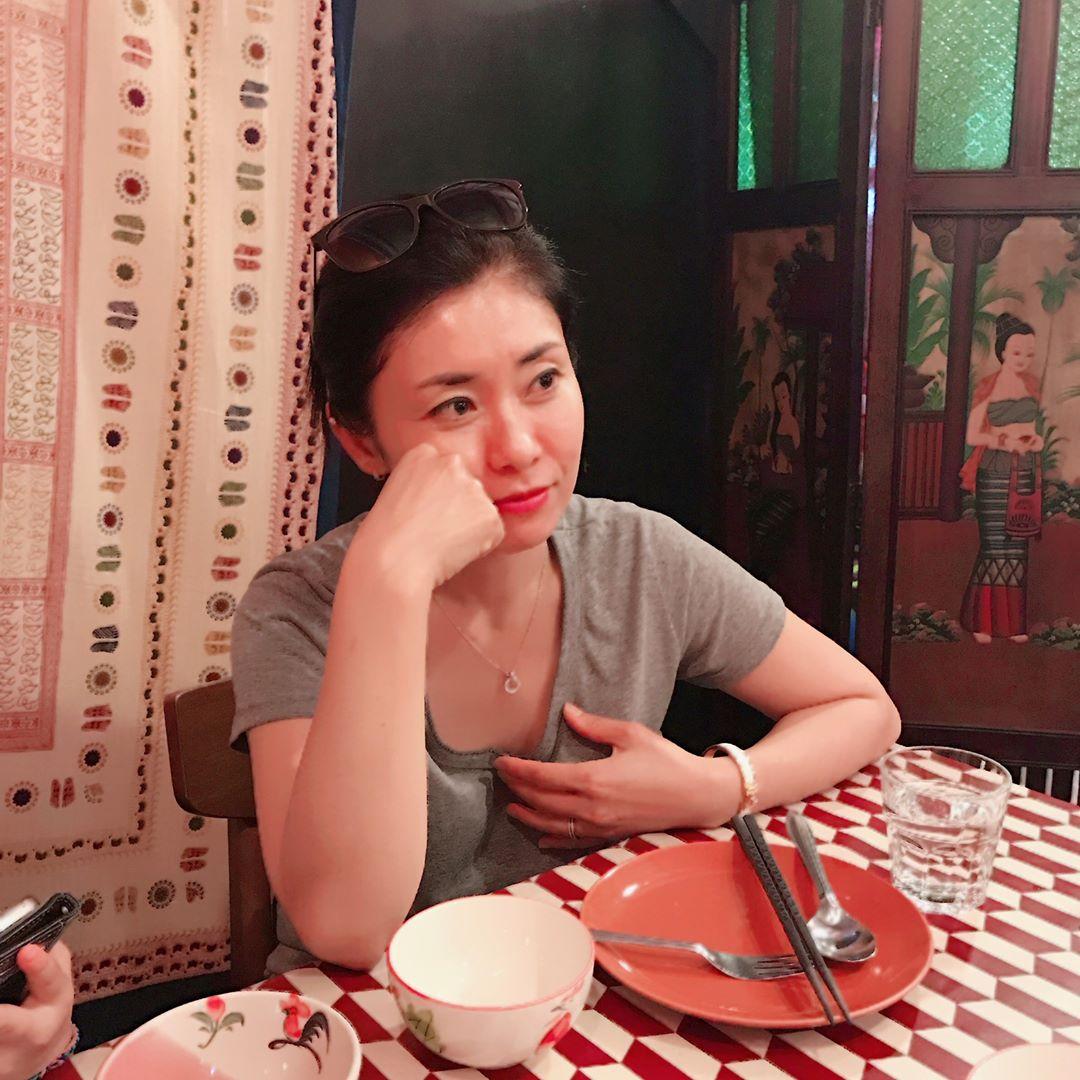 想必大家也很好奇Somi媽媽就竟長什麼樣子吧 Somi也常在instagrampo出和媽媽的合照 網友也大讚媽媽也很漂亮,看起來就像Somi的姐姐