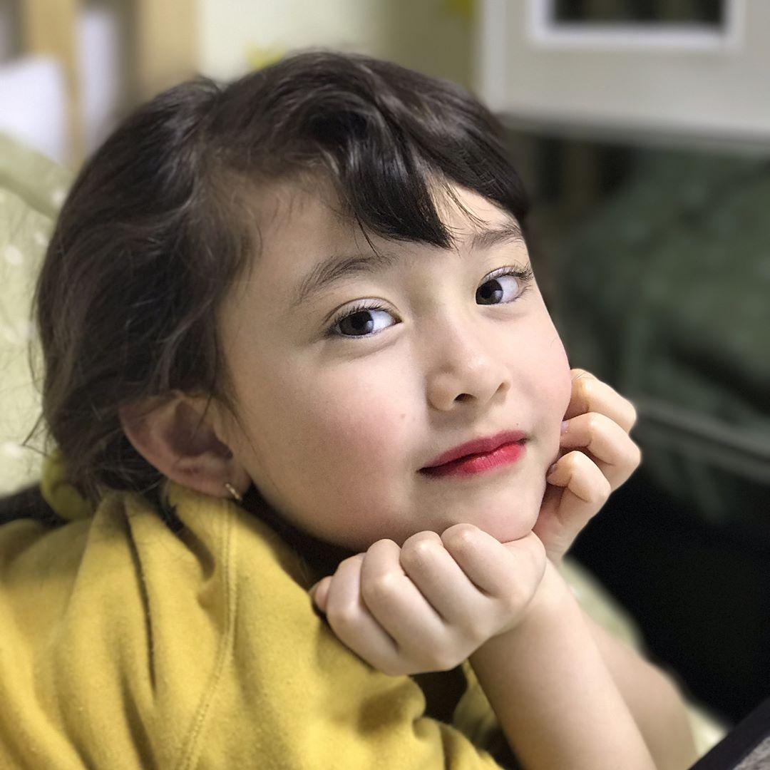 Somi絕對是十足的妹控,經常在 instagram曬出妹妹的美照 由於兩人歲數差距有點多,Somi也展現出姐姐的風範很照顧妹妹 已經不少網友紛紛敲碗希望妹妹以後能出道了(笑XD)