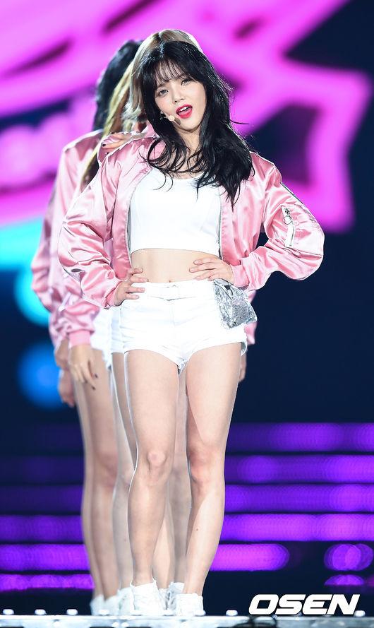 而不只雪炫,最近AOA的隊長不僅在綜藝節目上努力蛻去過去饒舌節目中「GOD智珉 Diva」,雖然性感卻看來有些強勢的形象,努力的在節目上發揮口才,讓大家看到智珉好笑又可愛的一面