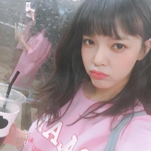 最近智珉一改先前「空氣瀏海」的強勢性感造型,最近換上了新瀏海的她,搭上粉紅色的上衣再加上少女化妝,新造型完全走可愛路線,讓人想不一秒戀愛也很難>////<