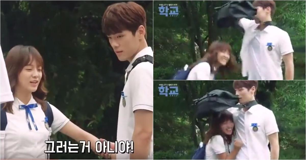 日前在拍攝時遇到正好遇到韓國的午後陣雨季節,一開始世正在彩排時還默默的唸著「不要下雨,不要下雨!」,沒想到兩人才正式開拍不到一會,竟然真的下起了暴雨來。不過沒想到男主角金正鉉超Man的在聽到NG之後立刻拿起了書包,世正也立刻反應過來的躲到了書包傘下