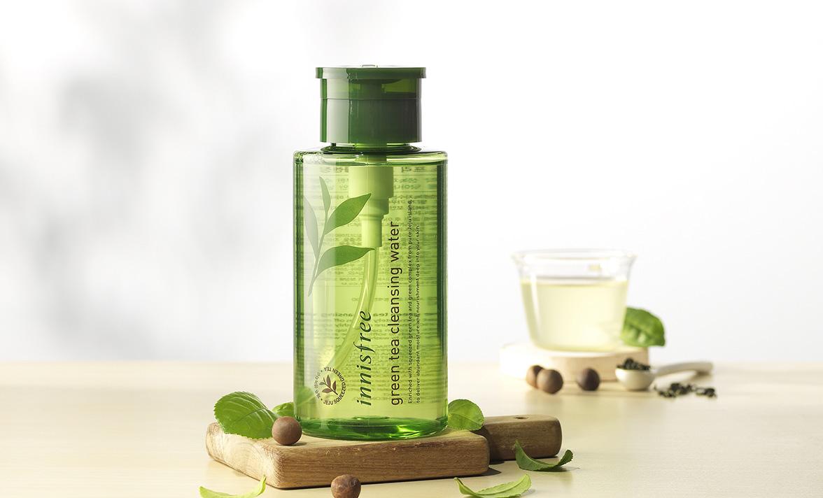 innisfree 綠茶卸妝水 除了壓頭完全複合懶人!綠茶中的〝兒茶素〞對人體的部分細菌具有抗菌抗衰老的功效,甚至直接使用現泡的無糖綠茶輕拍來鎮靜肌膚也是在韓國流傳已久的方法囉!