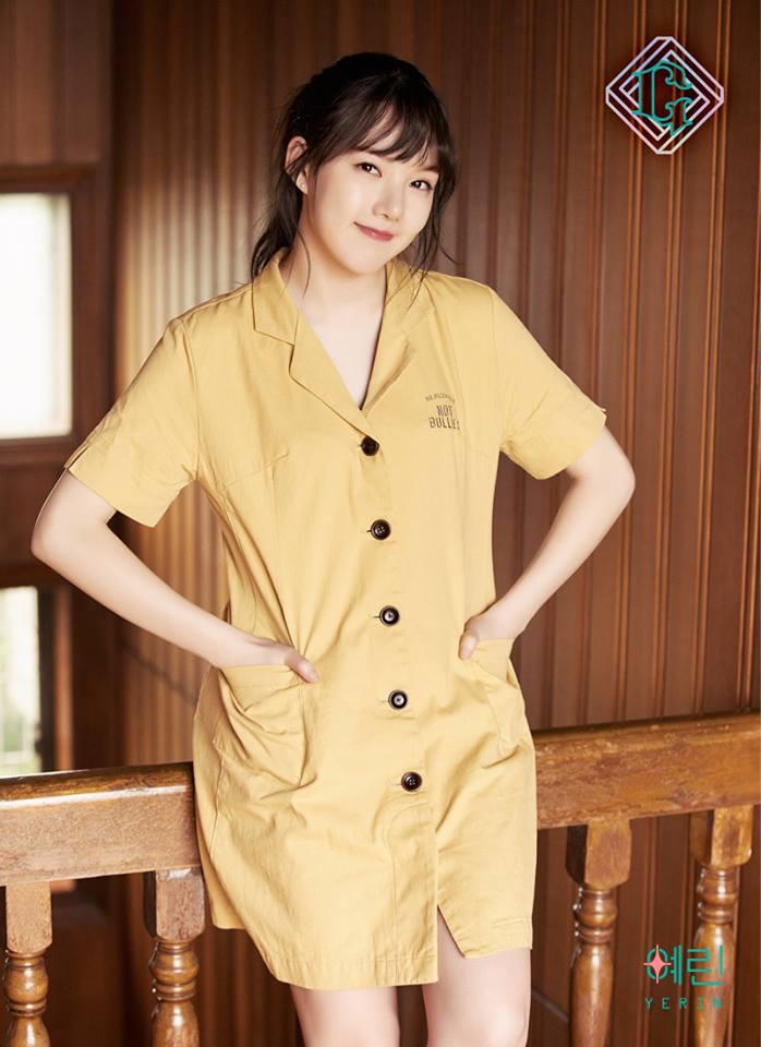△Yerin 可愛的Yerin選擇米黃色的襯衫連身裙,這款並不是非常貼身,因此也能夠修飾肉肉的下半身,而且近期韓國女生可都很喜歡這種米色系,想要跟上潮流,買一件來穿絕對不會錯喔!