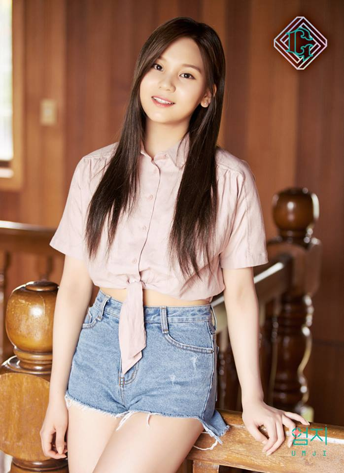 △Umji Umji的穿搭和Yuju相同,一樣利用打結的襯衫加強身材比例。粉色的設計讓女生看起來更溫柔可愛!