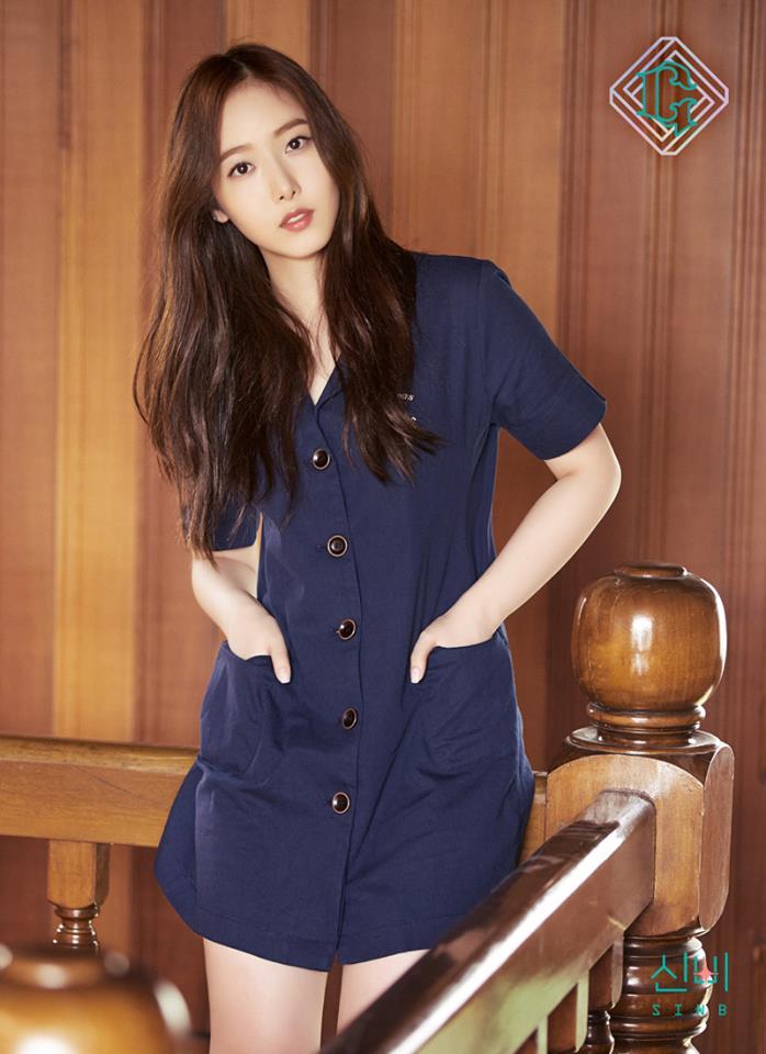 △SinB 選擇深藍色的連身洋裝,整件衣服的特色著重在於鈕扣的設計,在樸素的洋裝中顯得非常亮眼。這種深藍色會讓膚色看起來更白,女生不妨可以試試看這造型喔!