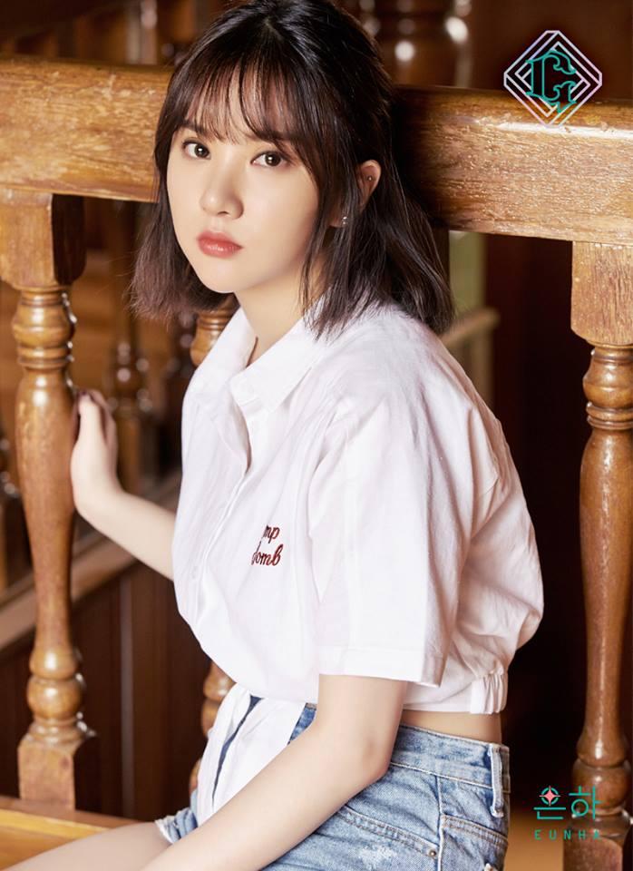 △Eunha Eunha一樣以打結的襯衫為主,顏色選擇淡粉色,能夠呈現女生的溫柔感。