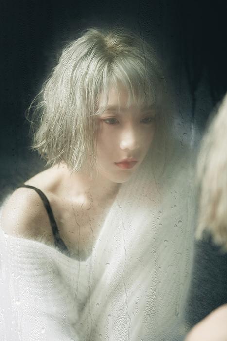 《Rain》小露香肩的太妍,清新又帶點憂傷的美~~