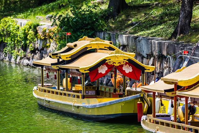 【大阪城御座船】  若是喜歡幕府歷史的你,一定要來搭乘御座船!御座船使用了大量金箔並參考重現了豐臣秀吉的「鳳凰丸」,此船繞大阪城內護城河一周,約需20分鐘。  【大阪城西之丸庭園】   西之丸庭園為大阪城中最為出名的賞櫻勝地,然而不只有櫻花,夏季的杜鵑花、秋天的楓葉也是非常有魅力的!