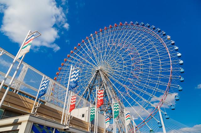 2.天保山摩天輪  高達112.5m的天保山摩天輪是世界最大級的摩天輪之一,如果乘坐地板透明的纜車(共有4台),更是能體驗百分百的驚險和刺激!