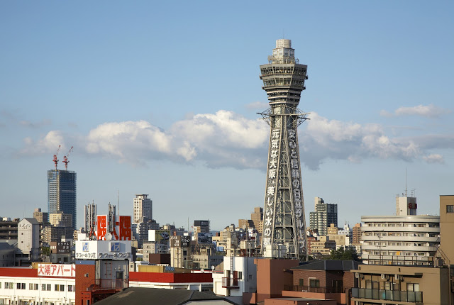 3.通天閣賞夜景  通天閣有「大阪艾菲爾鐵塔」的美稱,是大阪的標誌性存在,這棟鋼筋外觀的建築物以曾擁有全世界最早的圓形電梯和日本最大時鐘而聞名。雖然通天閣不算高,但這裡視野極佳,可以飽覽整個大阪風光。另外,通天閣裡還有「Billiken」神像,聽說摸它的腳底就能得到好運氣喲!