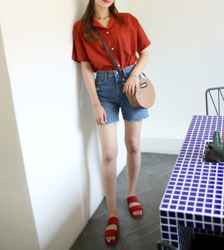 #短袖襯衫(原價NT$508→折扣後NT$432) 從夏天開始韓妞超級流行這種棉麻短袖襯衫,衣櫃裡面一定要有一件!畢竟就是襯衫,真的非常百搭啊~基本上搭短褲、裙子都可以,絕對不出錯!