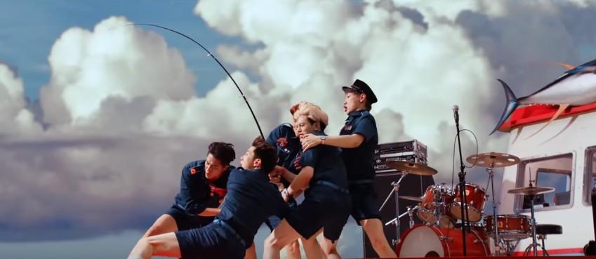 MV中也配合著歌詞,一直有成員在釣魚的畫面