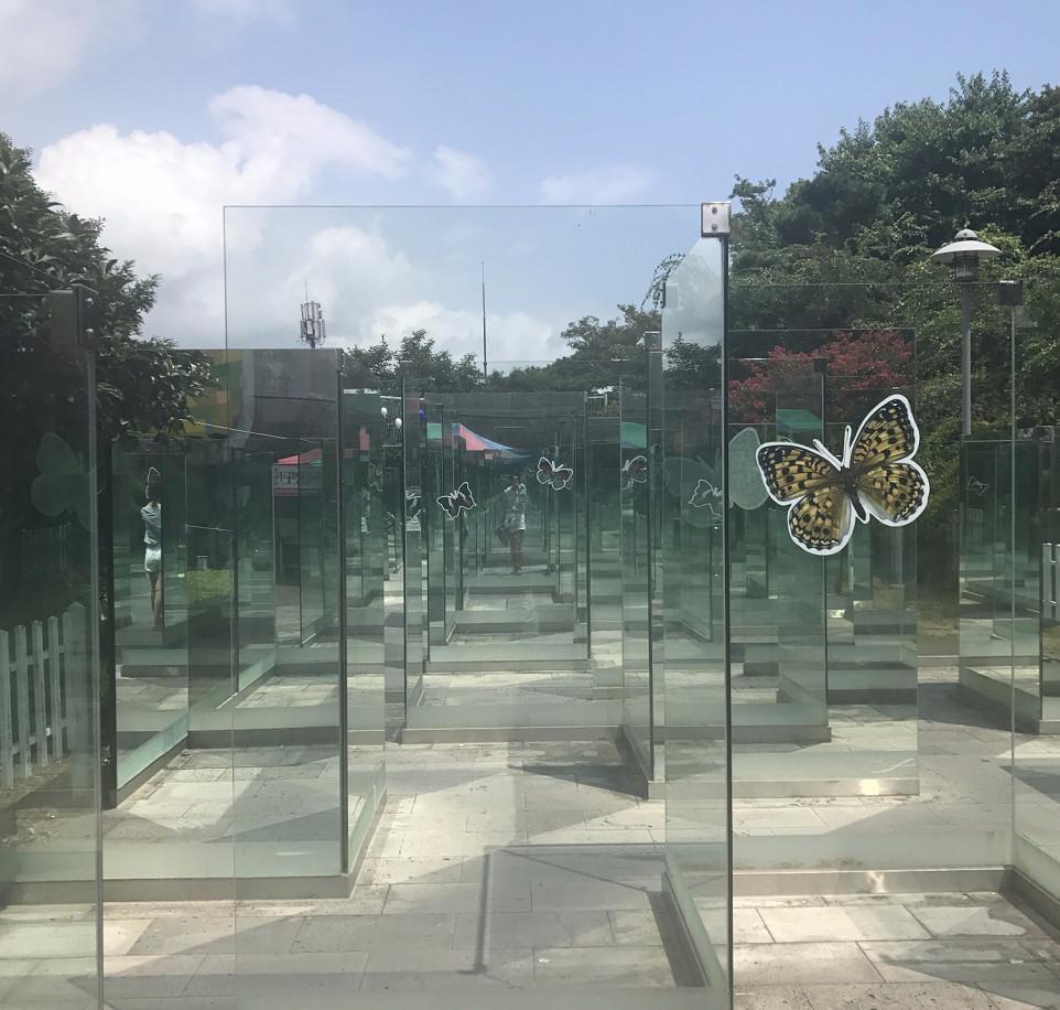 #去玻璃之城感受藝術之美 這裡是一個冷門景點,人不是很多,但是真的非常適合拍照喔!鏡子迷宮,森林幻境都很有意思。整個園內的所有物品都是用玻璃製成的,絕對會美到你啦!