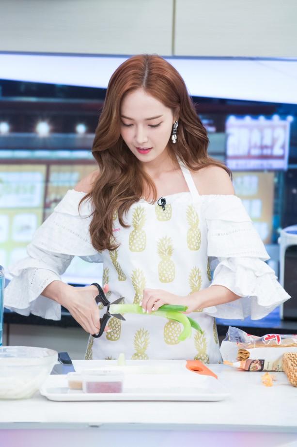 而潔西卡也展現了自己特有的「切蔥方式」,想看女神如何下廚就不能錯過這麼精彩的節目啦~