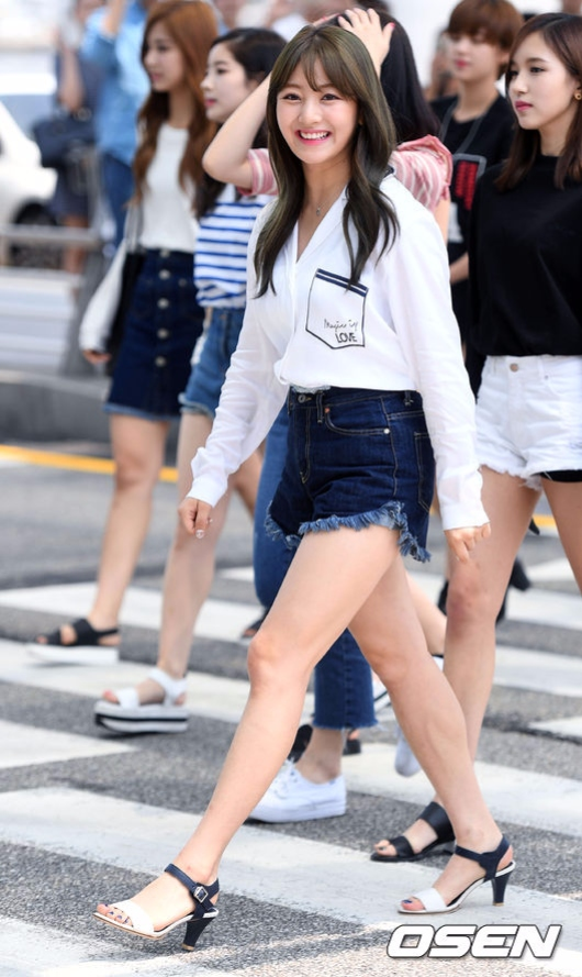 最近在韓國網站上,就因為志效幾乎飯拍都比電視上看起來還要再瘦很多的照片而引起話題,只能說瘦下來的時候不是先瘦臉的人真的在鏡頭前很吃虧