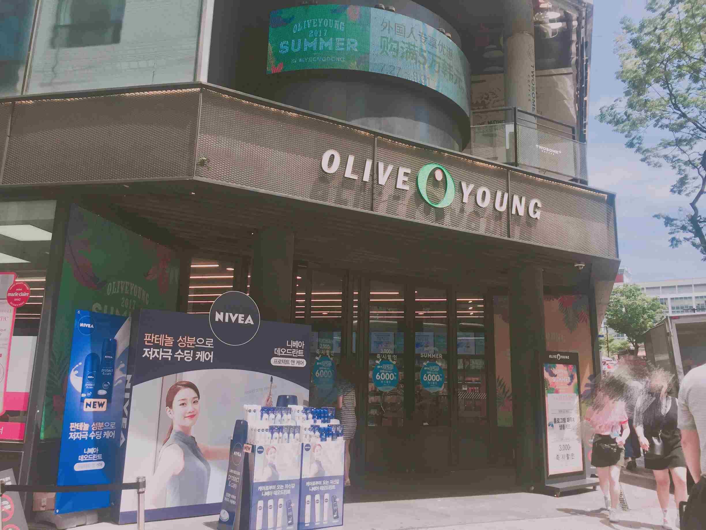 Olive Young 明洞總店,一共有兩層,超級大,能在裡面逛兩小時,從頭到腳,價格從低到高的護膚品都能在這裡面買到。其他分店找不到的產品,在這裡你都能找到~
