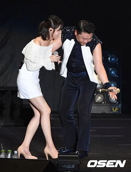 而除了娜恩,最近和Psy合作愉快的還有另一位偶像。先前在節目上與Psy合唱,讓Psy過去的歌曲「音源逆行」的 IU,也在最近受邀參加了Psy的演唱會。不過比起兩人在台上互動的火花,IU在Psy演唱會上個人舞台時的插曲似乎更爆笑
