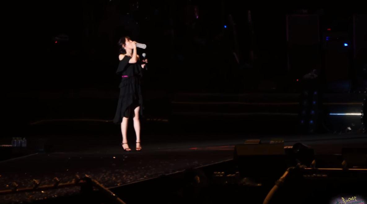 在Psy演唱會換裝的同時,IU個人獨撐大場。不過IU不愧是見過大場面的歌手,即使面對台下萬名觀眾,依然看來很從容,不過IU悠閒的表情卻在拿起台上的飲料喝了一口之後大變…