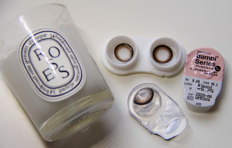 1.先選一款美瞳,小編建議選擇一款有較大黑邊的,這樣會讓眼睛看起來水汪汪的很無辜哦。小編選的這一款是日本Bambi Series的Almond~~