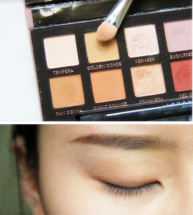3.接下來選擇一款暖色系的霧面淺色眼影打底,均勻地鋪滿整個眼皮