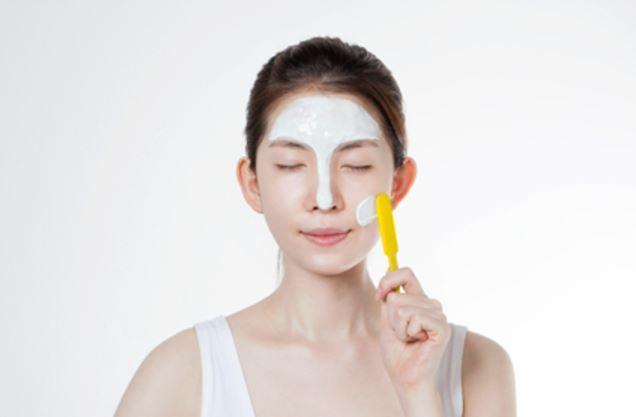 STEP 2 使用攪拌棒避開眼睛及嘴巴,仔細厚塗在臉部肌膚!厚度需完整覆蓋,看不見臉部肌膚哦!