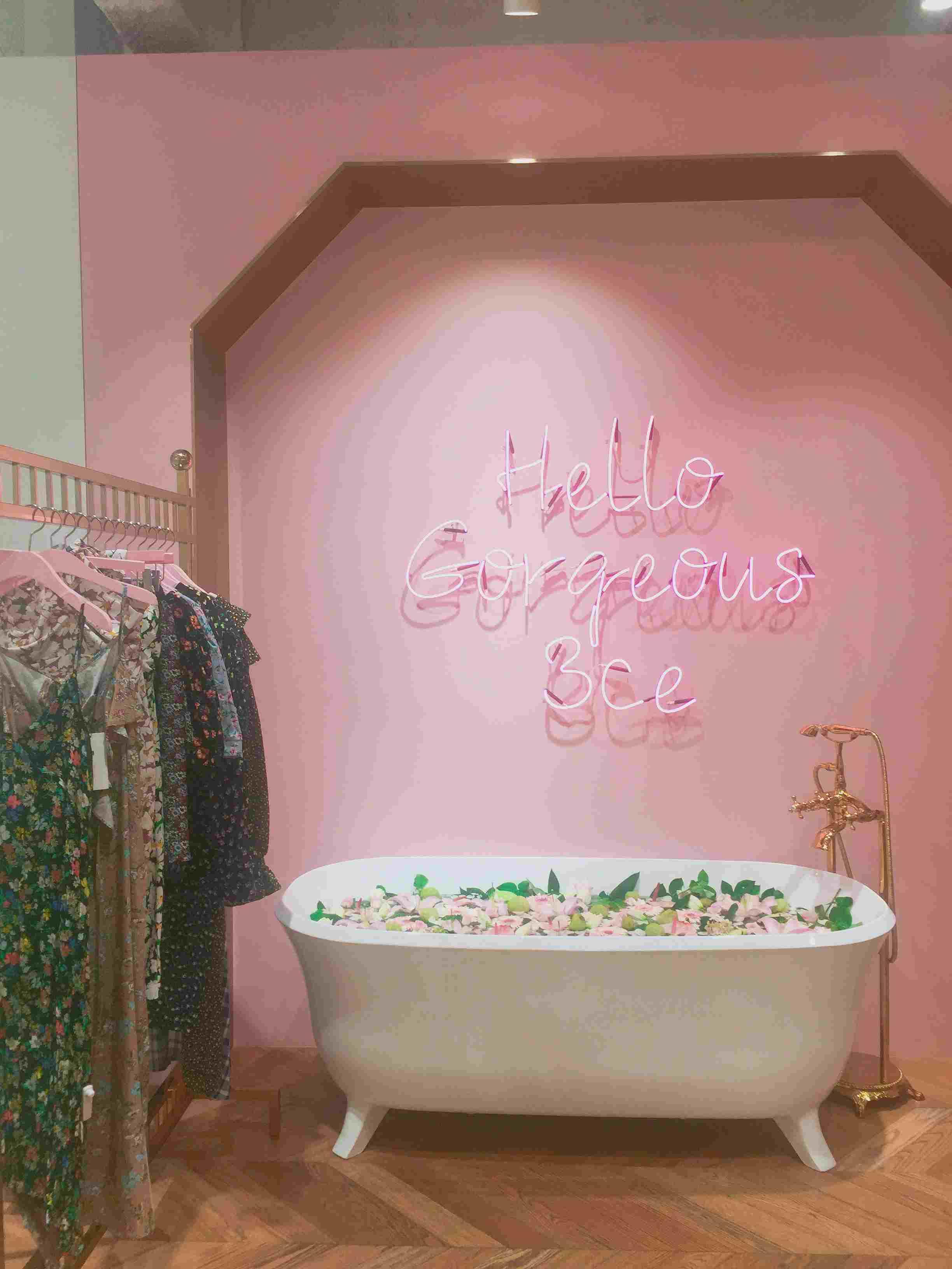 二樓是SPA,是美妝和化妝間。浴缸里泡的都是真的鮮花,超級香哦