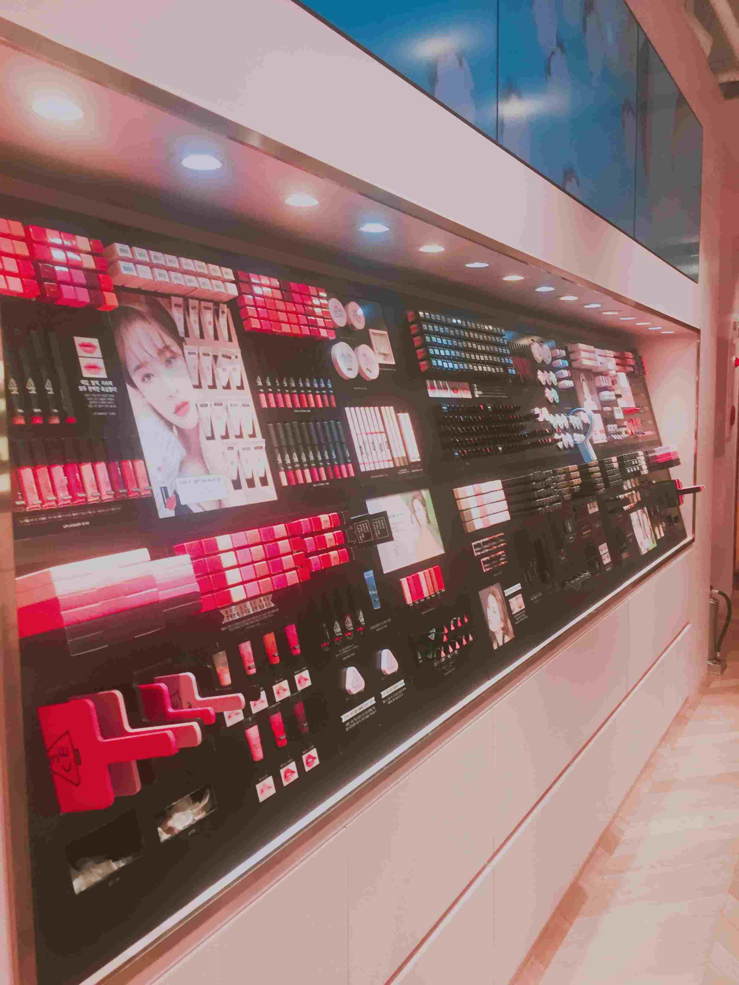 這樣一面牆的化妝品,你確定你不想買一隻?反正小編我是沒忍住XDD
